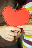 красный цвет удерживания сердца пар Стоковые Фотографии RF