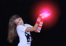 красный цвет шара удерживания девушки Стоковые Изображения RF
