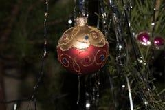 Красный цвет шарика игрушки рождества с золотом Стоковые Изображения