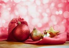 Красный цвет шарика рождества и предпосылка золота с красным абстрактным светом Стоковое Фото