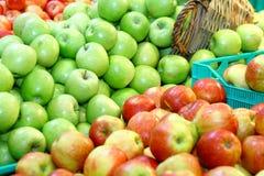 красный цвет яблок зеленый стоковое фото rf
