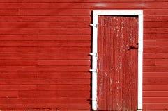 красный цвет двери амбара к Стоковые Фотографии RF