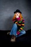 красный цвет девушки с волосами сидит Стоковые Фотографии RF