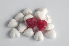 красный цвет 2 сердец конфеты стоковая фотография