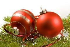красный цвет 2 шариков орнаментальный Стоковые Фотографии RF