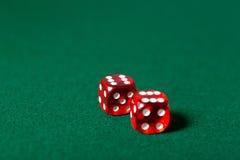 Красный цвет 2 dices на таблице покера Стоковое Изображение