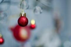 Красный цвет Bobble смертная казнь через повешение орнамента рождества от провода Стоковое Изображение RF