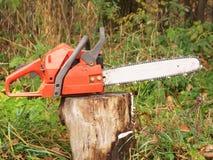 красный цвет chainsaw Стоковые Изображения