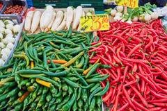 красный цвет chilies зеленый стоковые фото