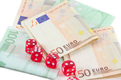 Красный цвет dices и деньги евро Стоковые Фото