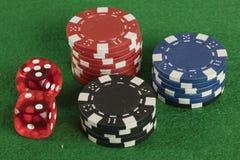 Красный цвет 2 dices и обломоки другого цвета Стоковая Фотография