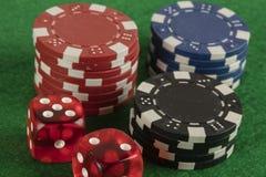 Красный цвет 2 dices и обломоки другого цвета Стоковая Фотография RF