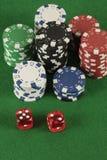 Красный цвет 2 dices и обломоки другого цвета Стоковое фото RF