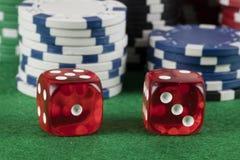 Красный цвет 2 dices и обломоки другого цвета Стоковые Изображения RF