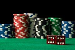 Красный цвет dices и обломоки покера Стоковые Изображения RF
