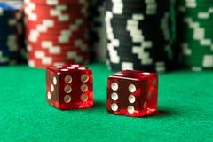 Красный цвет dices и обломоки покера Стоковые Изображения