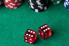 Красный цвет dices и обломоки покера Стоковое Изображение