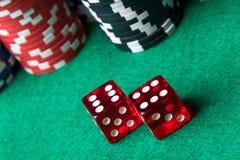 Красный цвет dices и обломоки покера Стоковая Фотография RF