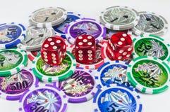 Красный цвет dices и откалывает на белизне Стоковая Фотография