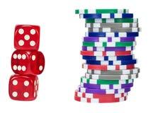 Красный цвет dices и откалывает на белизне Стоковое Изображение RF