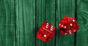Красный цвет dices на деревянной зеленой предпосылке иллюстрация вектора
