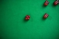 Красный цвет dices на зеленой таблице покера Стоковое фото RF