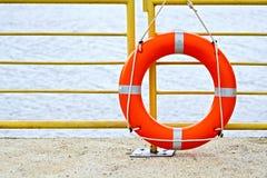 Красный цвет Lifebuoys на загородке Стоковое фото RF