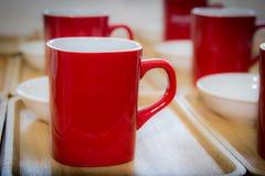 Красный цвет mugs кофе Стоковое Изображение