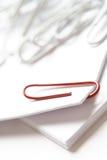 красный цвет paperclip Стоковая Фотография