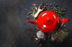 красный чайник стоковые изображения rf