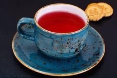 Красный чай в красивой чашке Стоковые Изображения RF