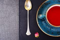 Красный чай в красивой чашке Стоковое Изображение RF