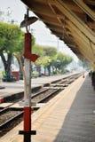 Красный чередуя белый штендер для железнодорожного рассказчика транспорта в железнодорожном вокзале Lampang Таиланда стоковое фото rf
