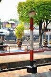 Красный чередуя белый штендер для железнодорожного рассказчика транспорта в железнодорожном вокзале Lampang Таиланда стоковое фото