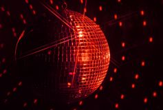Красный шарик диско зеркала с Sparkles звезды стоковые изображения