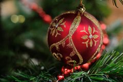 Красный шарик на рождественской елке Стоковое Фото