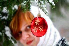 Красный шарик рождества на ели Стоковые Фотографии RF