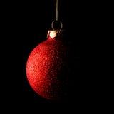 Красный шарик рождества на черной предпосылке карточка 2007 приветствуя счастливое Новый Год Стоковая Фотография RF