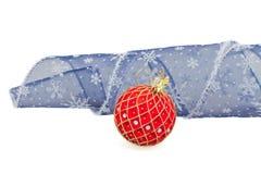 Красный шарик рождества с голубым смычком Стоковая Фотография RF