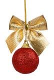 Красный шарик рождества с золотистым смычком Стоковое фото RF