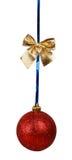 Красный шарик рождества с золотистым смычком Стоковые Изображения RF