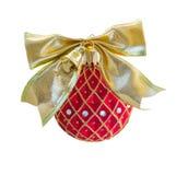 Красный шарик рождества с золотым смычком Стоковая Фотография RF