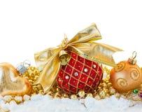 Красный шарик с золотым смычком Стоковые Фотографии RF