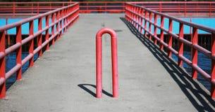 Красный штендер против автомобилей на мосте стоковые фотографии rf
