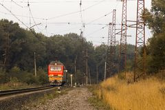 Красный электропоезд без подвижной состав выходит вдоль рельса стоковые изображения rf