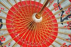 Красный японский зонтик внутрь Стоковые Фото