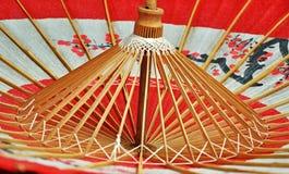 Красный японский зонтик внутрь Стоковое Фото