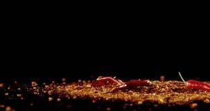 Красный chili падая на chili шелушится 4k видеоматериал