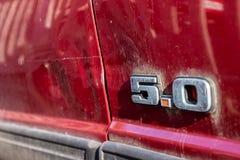 Красный Ford Mustang 5 0 логотипов стоковое изображение rf
