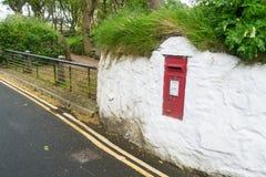 Красный inset почтового ящика в белую стену Стоковые Фотографии RF